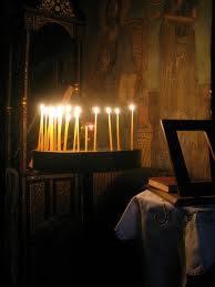 Γιατί δεν πρέπει να σβήνονται γρήγορα τα κεριά που ανάβουν στα μανουάλια οι Χριστιανοί στην Εκκλησία;