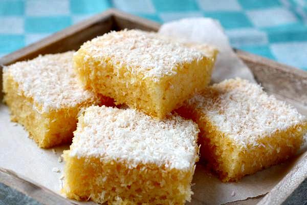 Σπιτικό κέικ βανίλια, με καρύδα και ελαιόλαδο.