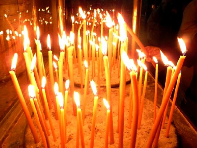 Ποιος ο λόγος που ανάβουμαι τα κεριά ή τα καντήλια ;