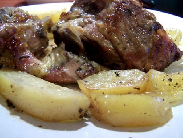 Χοιρινό με πατάτες στο φούρνο.