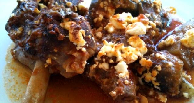 Αρνί στο φούρνο με μελιτζάνες και φέτα.