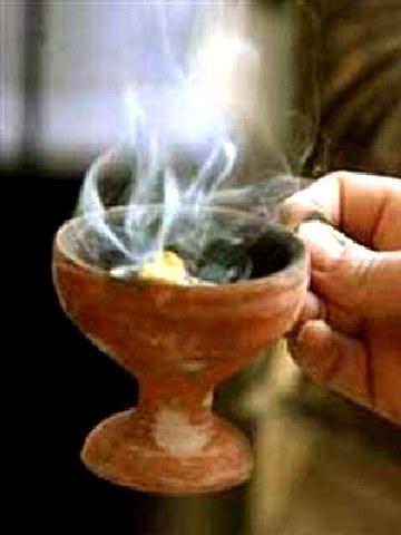 Τι συμβολίζει το Θυμίαμα; - Τι κάνουμε όταν μας θυμιάζει ο Ιερέας;