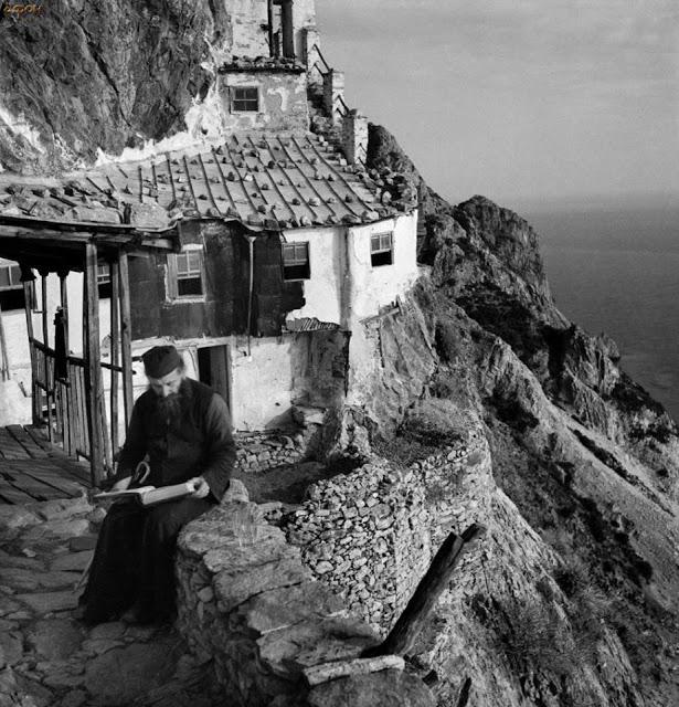 Κάθε βράδυ σε κάθε μοναστήρι του Αγίου Όρους τουλάχιστον ένας μοναχός μένει άγρυπνος όλη τη νύχτα προσευχόμενος