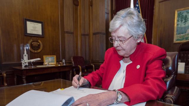 ΕΥΓΕ ! ΗΠΑ: Η κυβερνήτης της Αλαμπάμα υπέγραψε την απαγόρευση των αμβλώσεων