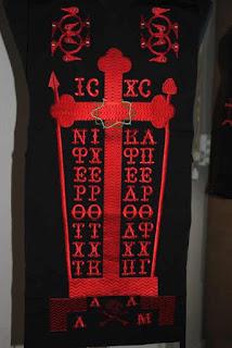 Τι συμβολίζουν και τι ερμηνεία έχουν τα γράμματα με το κόκκινο κέντημα πάνω στο μοναχικό (ή αγγελικό) σχήμα
