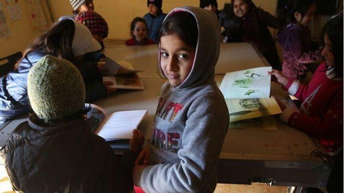 Πρόσφυγας Μαθητής διδάσκει ελληνικά μέσω Facebook